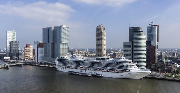 В порт Роттердама заходят и большие круизные лайнеры, фото Hans Elbers